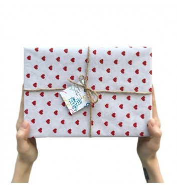 Упаковка в бумагу White and red hearts